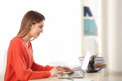Estudiante bonito con estudiar del ordenador portátil Imagen de archivo