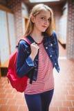 Estudiante bonito con la mochila que mira la cámara Fotografía de archivo libre de regalías