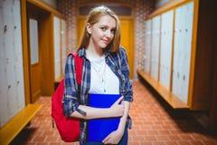 Estudiante bonito con la mochila que mira la cámara Imagenes de archivo