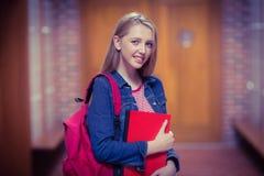 Estudiante bonito con la mochila que mira la cámara Imagen de archivo libre de regalías