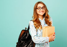 Estudiante bonito de los vidrios de la muchacha que lleva sonriente bonita que sostiene los libros Imágenes de archivo libres de regalías