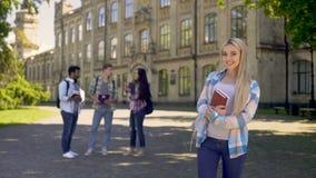 Estudiante bonito feliz de conseguir una educación más alta y oportunidades futuras brillantes almacen de video