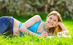 Estudiante bonito que estudia al aire libre Foto de archivo libre de regalías