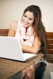 Estudiante bonito que usa su computadora portátil Foto de archivo
