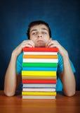 Estudiante cansado con libros Foto de archivo libre de regalías