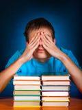 Estudiante cansado con libros Foto de archivo