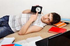 Estudiante cansado en el sofá Imagen de archivo libre de regalías