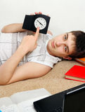 Estudiante cansado en el sofá Imágenes de archivo libres de regalías