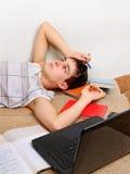 Estudiante cansado en el sofá Foto de archivo