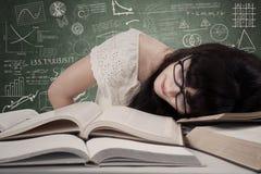 Estudiante cansado en la sala de clase Imágenes de archivo libres de regalías