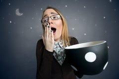 Estudiante cansado que bosteza con la taza de café grande Fotografía de archivo libre de regalías