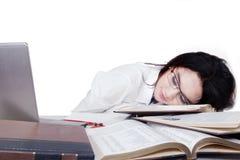 Estudiante cansado que duerme en el escritorio Fotos de archivo libres de regalías