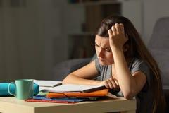 Estudiante cansado que estudia últimas horas en la noche Fotografía de archivo libre de regalías