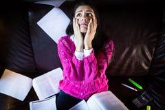 Estudiante cansado que tiene mucho leer Estudiante subrayado preocupante El estudiante está estudiando Estudio para arriba Fotografía de archivo libre de regalías
