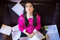 Estudiante cansado que tiene mucho leer Estudiante subrayado preocupante El estudiante está estudiando Estudio para arriba Fotografía de archivo