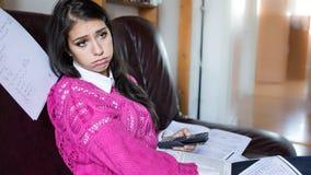 Estudiante cansado que tiene mucho leer Estudiante subrayado preocupante El estudiante está estudiando Estudio para arriba Imagen de archivo libre de regalías