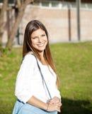 Estudiante Carrying Shoulder Bag en campus de la universidad Fotos de archivo