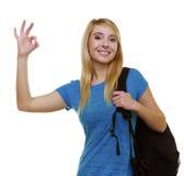 Estudiante casual de la muchacha con la mochila del bolso que muestra MUY BIEN aislado Fotos de archivo