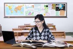 Estudiante casual que estudia en la clase Fotos de archivo