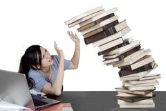 Estudiante caucásico con los libros que caen en estudio Fotos de archivo