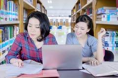 Estudiante caucásico que hace el schoolwork con su amigo Imagen de archivo