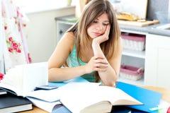 Estudiante caucásico cansado que hace la preparación Fotografía de archivo libre de regalías
