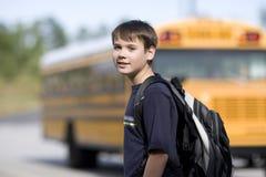 Estudiante cerca del autobús escolar Fotografía de archivo libre de regalías