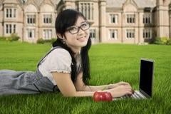 Estudiante chino que estudia en el parque Imágenes de archivo libres de regalías