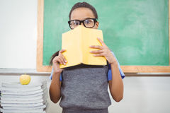 Estudiante chocado que sostiene un libro Fotografía de archivo