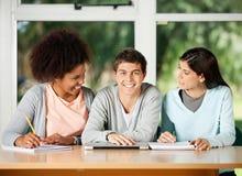 Estudiante With Classmates Looking en uno a adentro foto de archivo