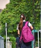 Estudiante colombiana linda Walking foto de archivo libre de regalías