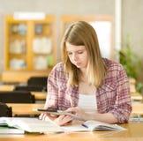 Estudiante con el cojín electrónico Imágenes de archivo libres de regalías
