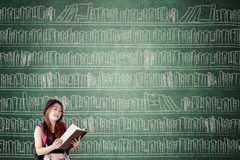 Estudiante con el estante en la pizarra Imagen de archivo libre de regalías