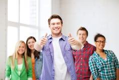 Estudiante con el grupo de estudiantes en la escuela Fotografía de archivo libre de regalías