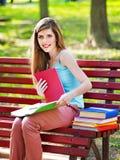 Estudiante con el libro al aire libre. Fotografía de archivo libre de regalías