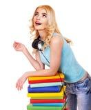 Estudiante con el libro de la pila. Fotos de archivo libres de regalías