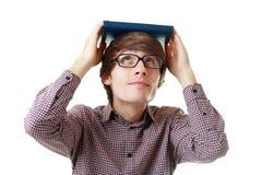 Estudiante con el libro en la cabeza Imágenes de archivo libres de regalías
