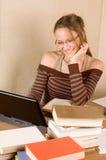 Estudiante con el libro y la computadora portátil Imagen de archivo