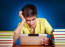 Estudiante con el ordenador de la tablilla Imagen de archivo
