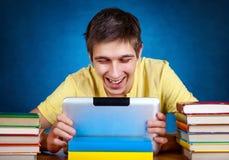 Estudiante con el ordenador de la tablilla Fotos de archivo libres de regalías