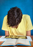 Estudiante con el ordenador de la tablilla Imágenes de archivo libres de regalías