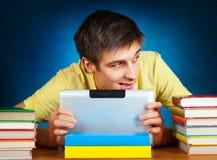 Estudiante con el ordenador de la tablilla Foto de archivo libre de regalías