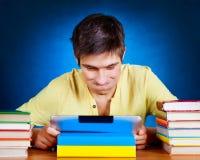Estudiante con el ordenador de la tablilla Fotos de archivo