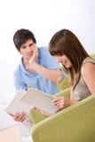 Estudiante con el ordenador de la tablilla de la pantalla táctil Foto de archivo