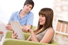 Estudiante con el ordenador de la tablilla de la pantalla táctil Foto de archivo libre de regalías