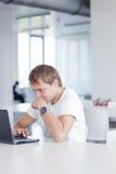 Estudiante con el ordenador portátil en biblioteca Fotografía de archivo