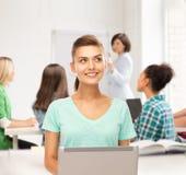 Estudiante con el ordenador portátil en la escuela Fotografía de archivo