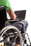 Estudiante con el ordenador portátil en la silla de ruedas Foto de archivo libre de regalías
