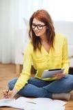 Estudiante con el ordenador y los cuadernos de la PC de la tableta Foto de archivo