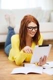 Estudiante con el ordenador y los cuadernos de la PC de la tableta Fotos de archivo libres de regalías